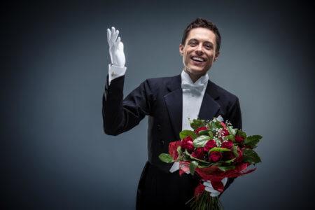 Bräutigam mit Blumen