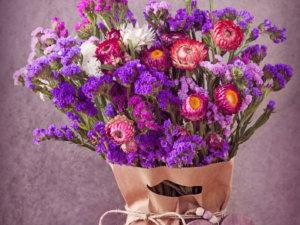 Lila Blumenstrauß mit Sommerblumen