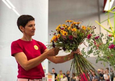 Martina Seifert bindet Strauß