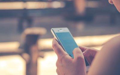 Smartphone-Nutzer surfen unterwegs
